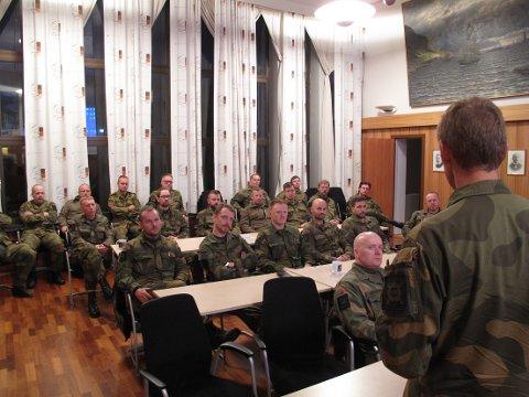 Sjef HV Generalmajor Kristoffersen i dialog med befalskorpset i Lofoten Heimevernsområde. Rådhuset i Svolvær.