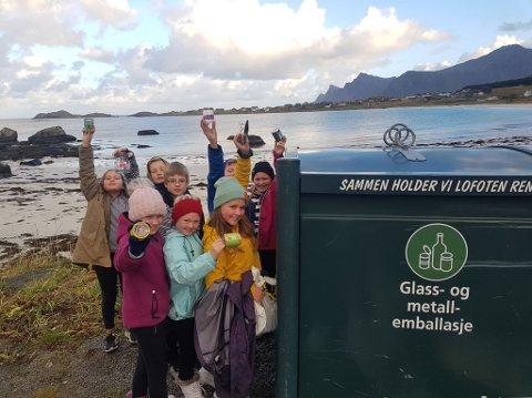 MILJØBEVISTE: Liv, Evelyn, Leonore, Tiril, Ida, Scott, Jørgen og Lukas i 5.trinn ved Ramberg Skole oppfordrer alle til å resirkulere bokser.