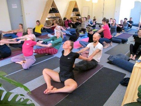 Partneryoga under Lofoten Yogafestival.