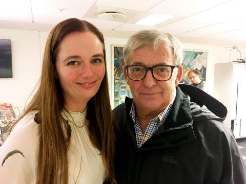 TAKKET: Sjefredaktør Marianne Steffensen Kielland med Gullik M. Pedersen som nå avslutter sin karriere i Lofotposten etter 24 år.