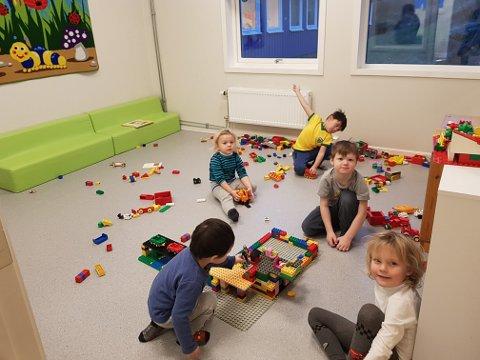 LEKER: Barne i Skrova barnehage leker.