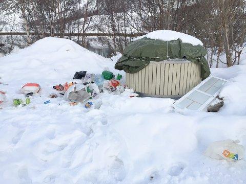 Vaterfjorden: Moloken på rasteplassen i Vaterfjorden stenges av vegvesenet på vinterstid. Det har resultert i at flere velger å sette fra seg søpla ved siden av.