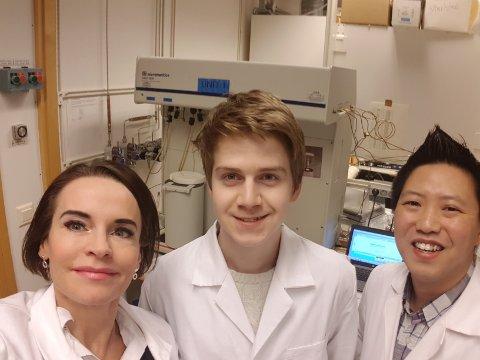 Professor Maria Strømme ved Uppsala Universitet , elev Karl Lind (18) fra Aust-Lofoten videregående skole og forsker Ocean Cheung ved Universitetet i Uppsala, der Karl har fått delta i nano-forskningen sammen med doktorgradsstudentene.