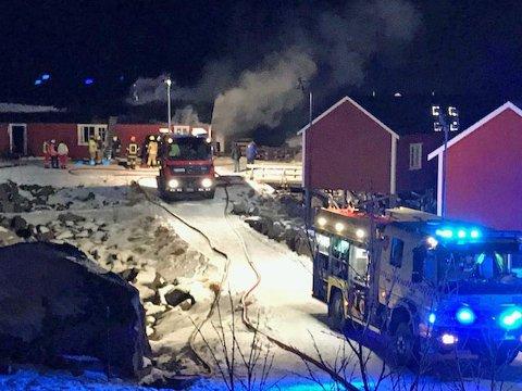 Det brenner i en rorbu i Nusfjord.