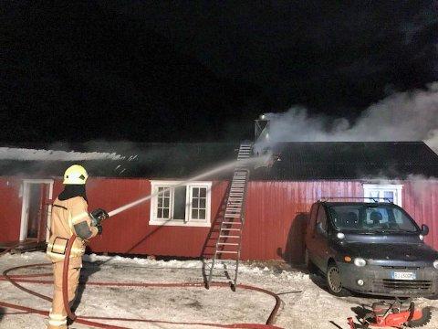 Brannvesenet er i ferd med å slukke brannen.