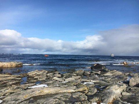 Sleper ut: Her sleper Kystvaktskipet KV Heimdal den strandede spermasettkvalen ut fra fjærsteinene på Røst