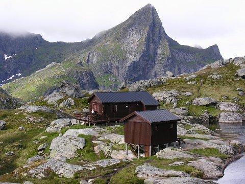 Munkebu ligger i et mektig terreng rundt 410 meter over havet.