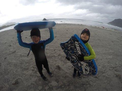 Koste seg: Førskolebarna fikk en flott dag, tross det dårlige været.