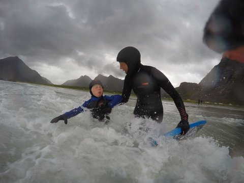 Høye bølger: Barna i Nubben barnahage koste seg med Kari Schibevaag i liten storm og høye bølger.
