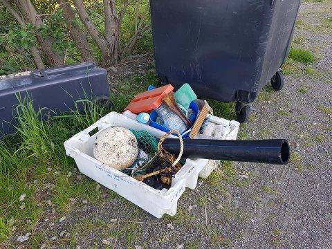 SØPPEL: Disse to kassene med søppel sto å ventet på Rudolf da han kom hjem.