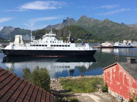 MF Hamarøy på plass i Svolvær. I bakgrunnen ligger MF Røst og venter på verkstedplass.