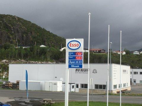 Esso-stasjonen i Svolvær har passert 17-kronersgrensa på bensin.