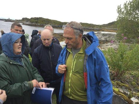Forteller: Harald Strøm (tv), som vokste opp i barndomshjemmet i Ørsnesvika, hadde mange gode historier å dele med de mange historievandrerne. Vandringen var i regi av Vågan Historielag. Foto: john-arne storhaug