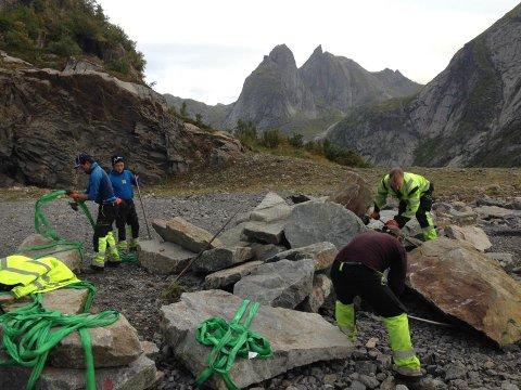 Steinene skal fraktes opp i helikopter og bli til en varig og trygg sti opp til spektaulære Reinebringen i Moskenes.