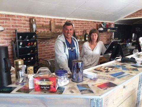 PUB: Roger Berg og Sølvi Kvalnes er to av de åtte som har etablert Lofoten Pub1 på Værøy