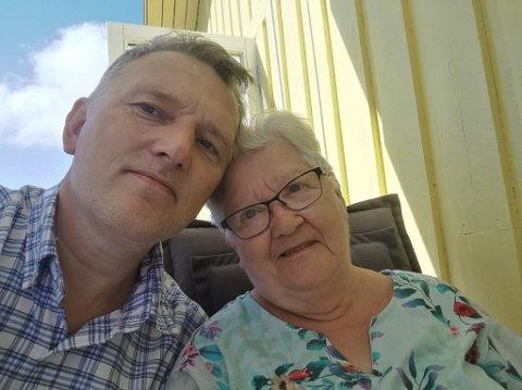 Sønn og mor: Anne Marie Pettersen har måttet klare seg uten trygghetsalarm i over ei uke. Bengt Jonny Pettersen mener at Telenor tar for lett på ansvaret sitt.