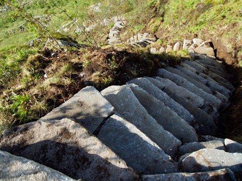 TRYGGERE: Solid steintrapp erstatter utslitt sti opp til den bratte Reinebringen.