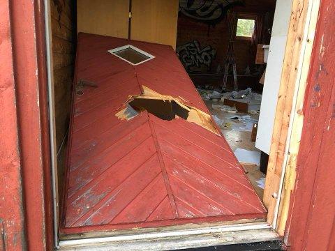 ØDELAGT: Inngangsdøra var brutt opp og ødelagt.