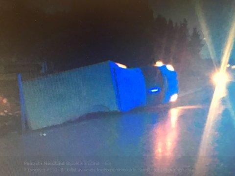 Lastebil veltet da vinden tok tak i den fredag morgen ved Lyngvær.