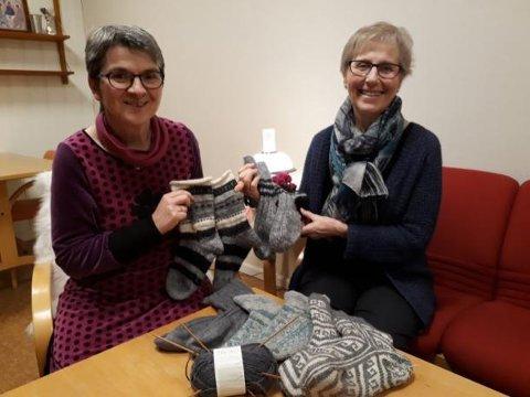 LESTEDUGNAD: Kristin Lindberg og Turid Pedersen håper flest mulig blir med å strikke ullester til de som fryser i Murmansk.
