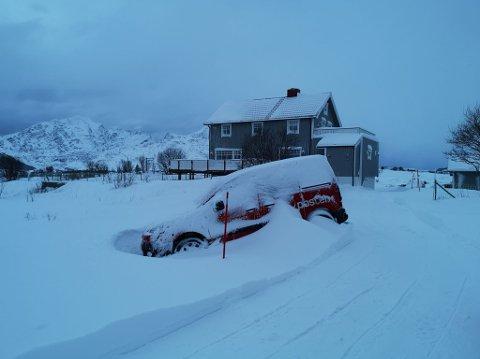 I GRØFTA: I ett døgn har denne bilen stått i grøfta på Bolle.
