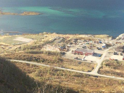 KLAGE: Alf Brekken og Sønner avviser at masser og steinblokker er hentet utenfor godkjent område i Skifjord.