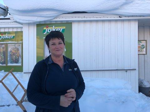 Gratis kaffe og Wienerbrød: På butikken på Ballstad ga daglig leder Reidun Wangsvik og de ansatte gratis kaffe og wienerbrød til evakuerte og brøytebilsjåfører.
