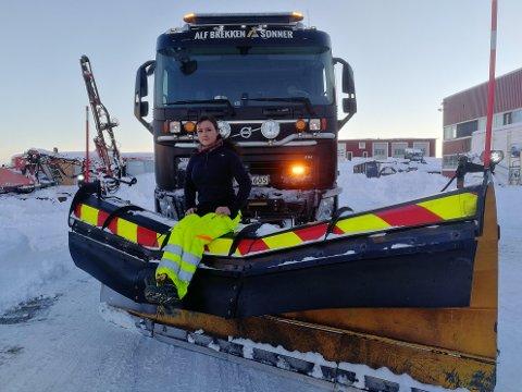 Kristin Krane (31) fra Svolvær trives bak rattet, her vel framme i Skifjordmarka med reservebilen fra Myrland i Hadsel tirsdag.