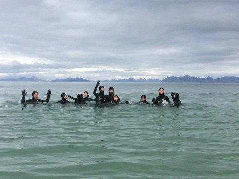 Elevene ved Gimsøy skole storkoste seg i sin aller første svømmetime i havet.