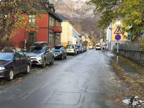 Parkering: Opposisjonspartiene i Vågan advarer mot for mye innstramming av parkering, før nye plasser er etablert.
