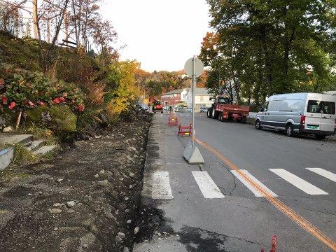 Gata langs nordsiden av Langåsen, med oppgang til klatreparken, får nå opparbeidet nytt fortau.
