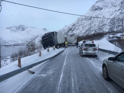 SKADD AUTOVERN: En stor del av autovernet ble ødelagt som følge av ulykka. Nå har Statens vegvesen sendt regning på utbedringen av skaden til forsikringsselskapet