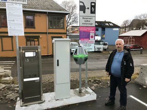 Den siste av tre slike ladestasjoner for vedlikeholdslading av elbiler er nå tatt i bruk, her på Meieritomta i Svolvær, sier parkeringsansvarlig Svein Erik Skjønnås.