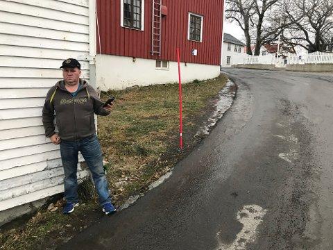 Her dundrer tungtrafikken forbi 20 cm fra hushjørnet mitt, sier gårdeier Bent-Cato Lyngedal i Henningsvær.