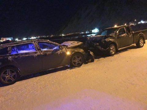 Kollisjon: To personbiler kolliderte front-mot-front på Ballstad fredag.