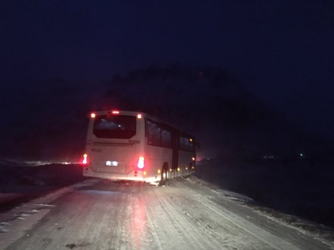 Måtte stoppe: Skolebussen måtte stoppe på grunn av sterk vind