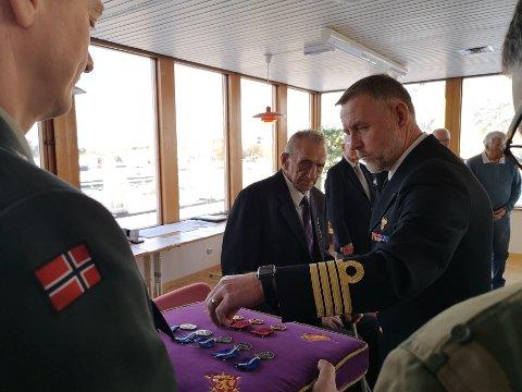 Sjefen for Nord-Hålogaland Heimevernsdistrikt 16, kommandør Jon Ivar Kjellin, delte ut medaljer til veteranene.