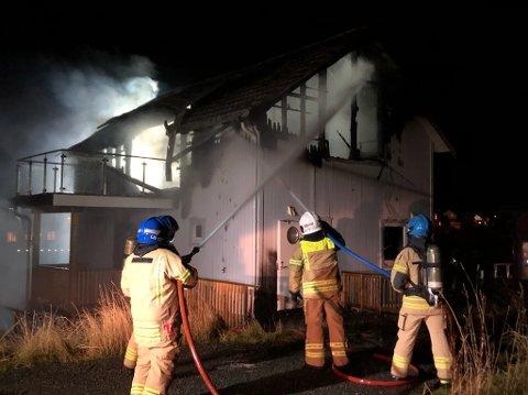 Kraftig brann: Fritidsboligen i Skrova ble totalskadd i brannen onsdag kveld og natt.