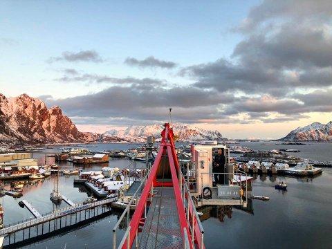 Flott utsikt: DSN Entreprenør arbeider ved nye Lofoten brygge på kaikanden i Svolvær. Krana de sitter i er 40. Kranarbeider, Tor Henrik Angelsen, sier det er byens fineste kontorutsikt.