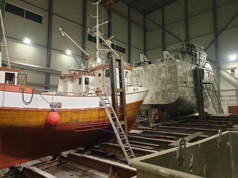 Dette er Kristian Benonisen i Sørvågen sin nye ervervelse, et smykke av en trebåt på 43 fot som nå rigges og klasses i Grovfjord.