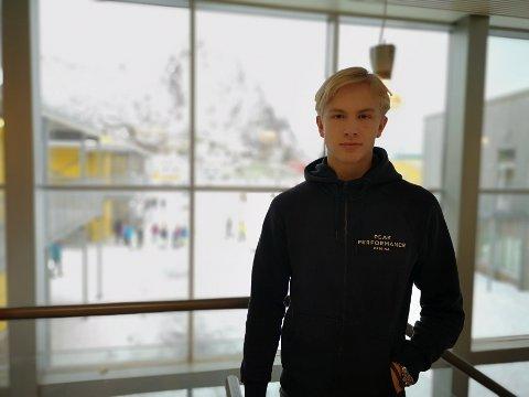 Theodor Johnsen (16) er talentfull innen både håndball og fotball. Snart må han ta et valg.