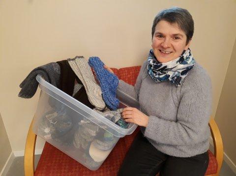 STRIKEDUGNAD: Kristin Lindberg i Buksnes menighet med kassen med lester hun håper blir fylt mange ganger før lestene blir sendt til Murmansk.