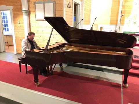 Offisiell innvielse: Organist Andrey Pirozhkov er blant pianistene som skal spille klassisk musikk når det nye Steinway-flygelet skal innvies i Buksnes kirke lørdag formiddag.