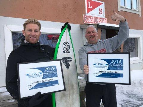 Anerkjennelse: Instruktør Shannon Ainslie og Kristian Breivik ved Lofoten Surfsenter er svært godt fornøyd med sertifiseringen fra ISA - International Surfing Association.