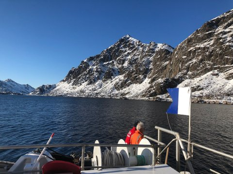 RS Det Norske Veritas sleper og dykker på sjarkfiskere i nydelig vær.