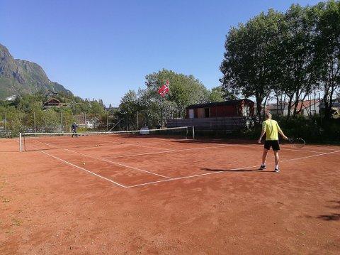TENNIS: Svolvær Tennisklubb vil gjerne ha plass i en ny hall å Stranda stadion.