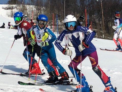 Linus (i midten) inspiserer slalåmløypa sammen med Amund fra Tromsø og Konrad fra Narvik.