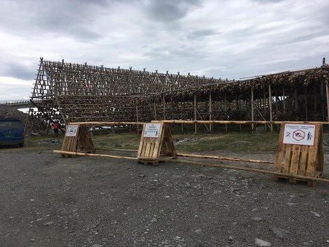 Nye skilt: Berg Seafood har satt opp skilt ved hjellene i Henningsvær, etter flere campet der i fjor.