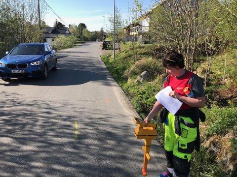 Lill Sandslett i Wangsvik Elektro er her i ferd med å kartlegge hvor tele- og datakablene går i Villaveien.