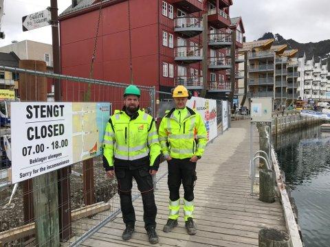 Byggeplassleder Morten Hansen og Vegar Kaspersen i DSN AS sier man nå slipper å stenge havnepromenaden 14 dager i juni.